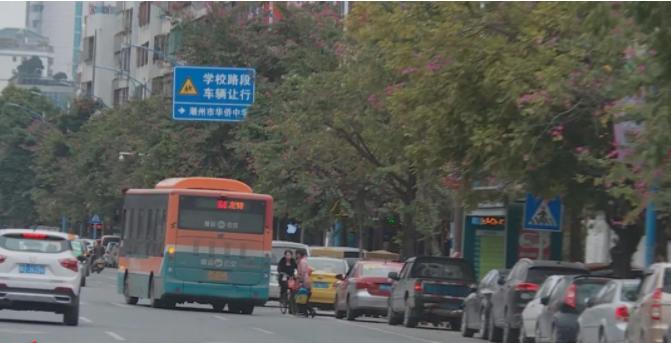 公交车候车亭被占用现象严重